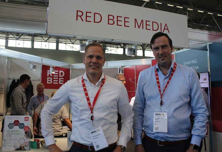 Thomas Huurman (li.), Head of Managed Service Delivery, und Dr. Josbert van Rooijen, Head of Market Area Benelux, Central & Eastern Europe von Red Bee Media, am ANGA COM 2019 Stand des Unternehmens.